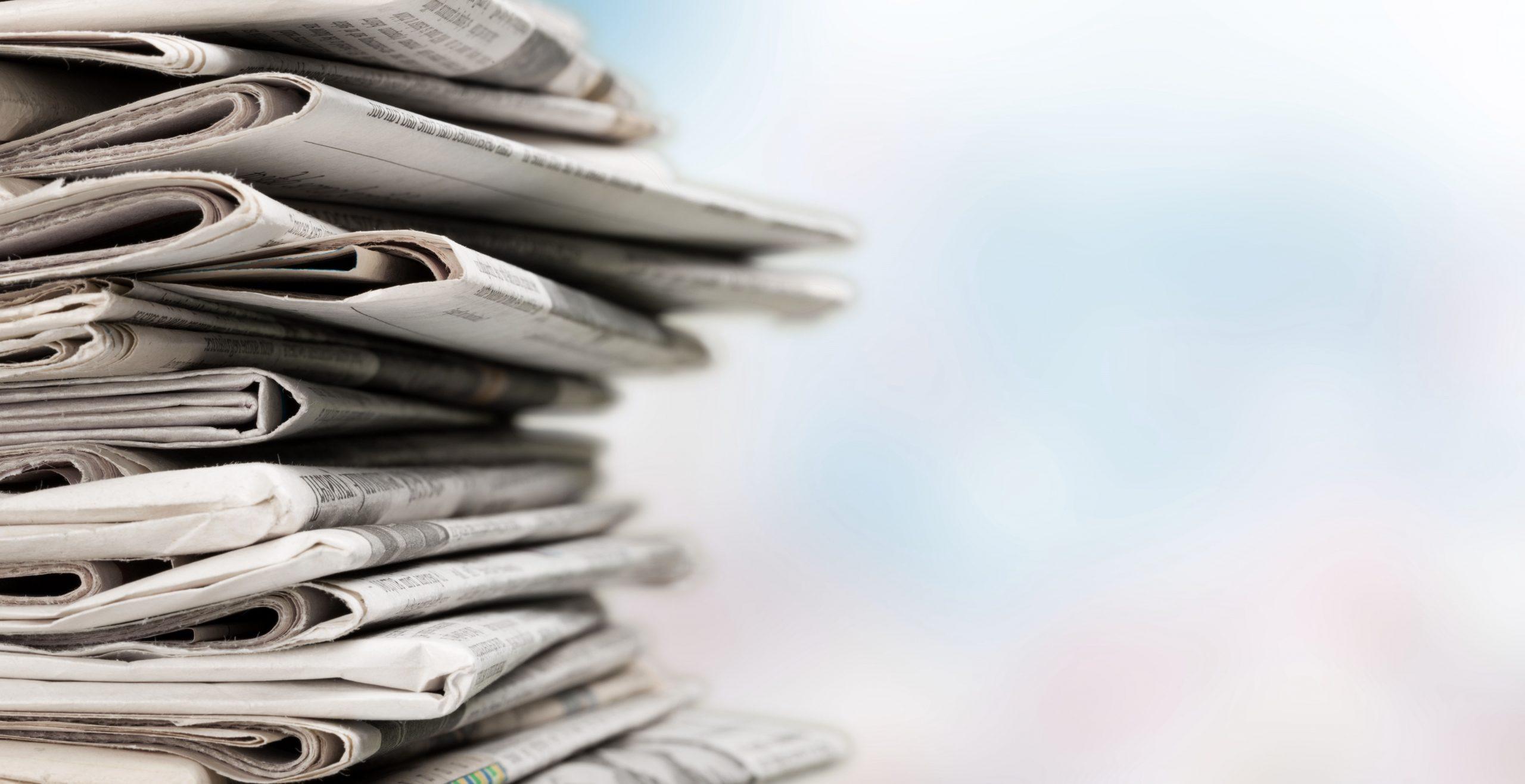 Zeitungsstapel vor verschwommenem Hintergrund