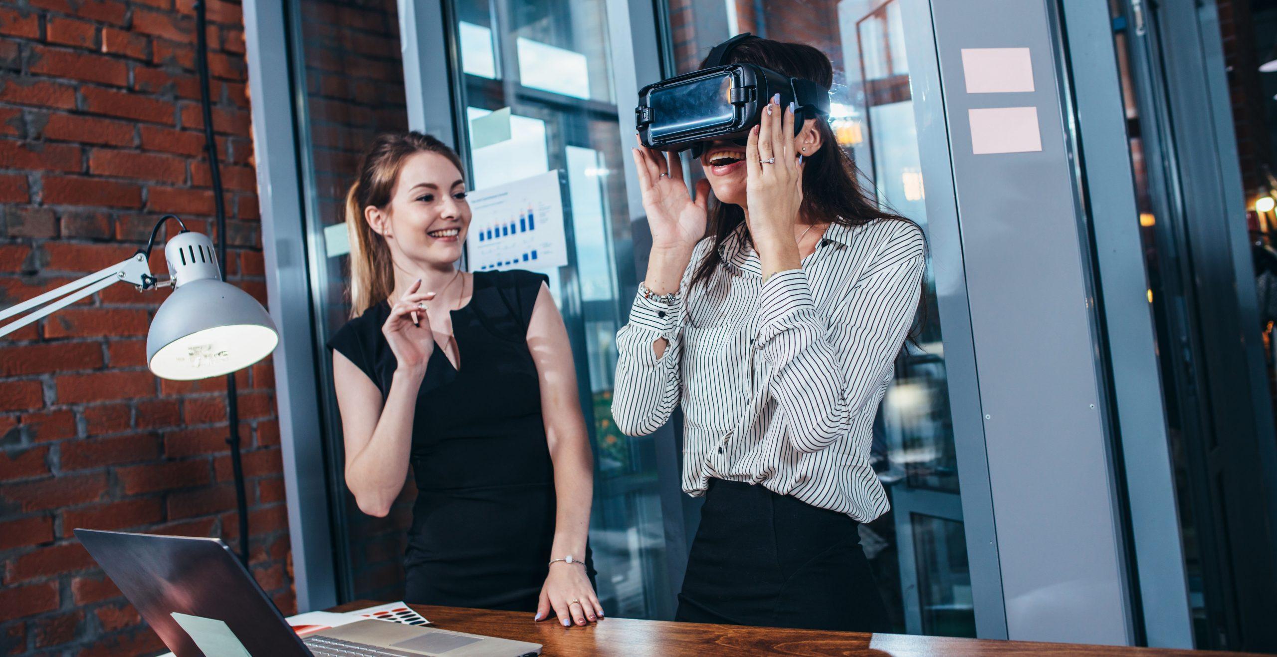 Zwei Frauen mit VR-Brille