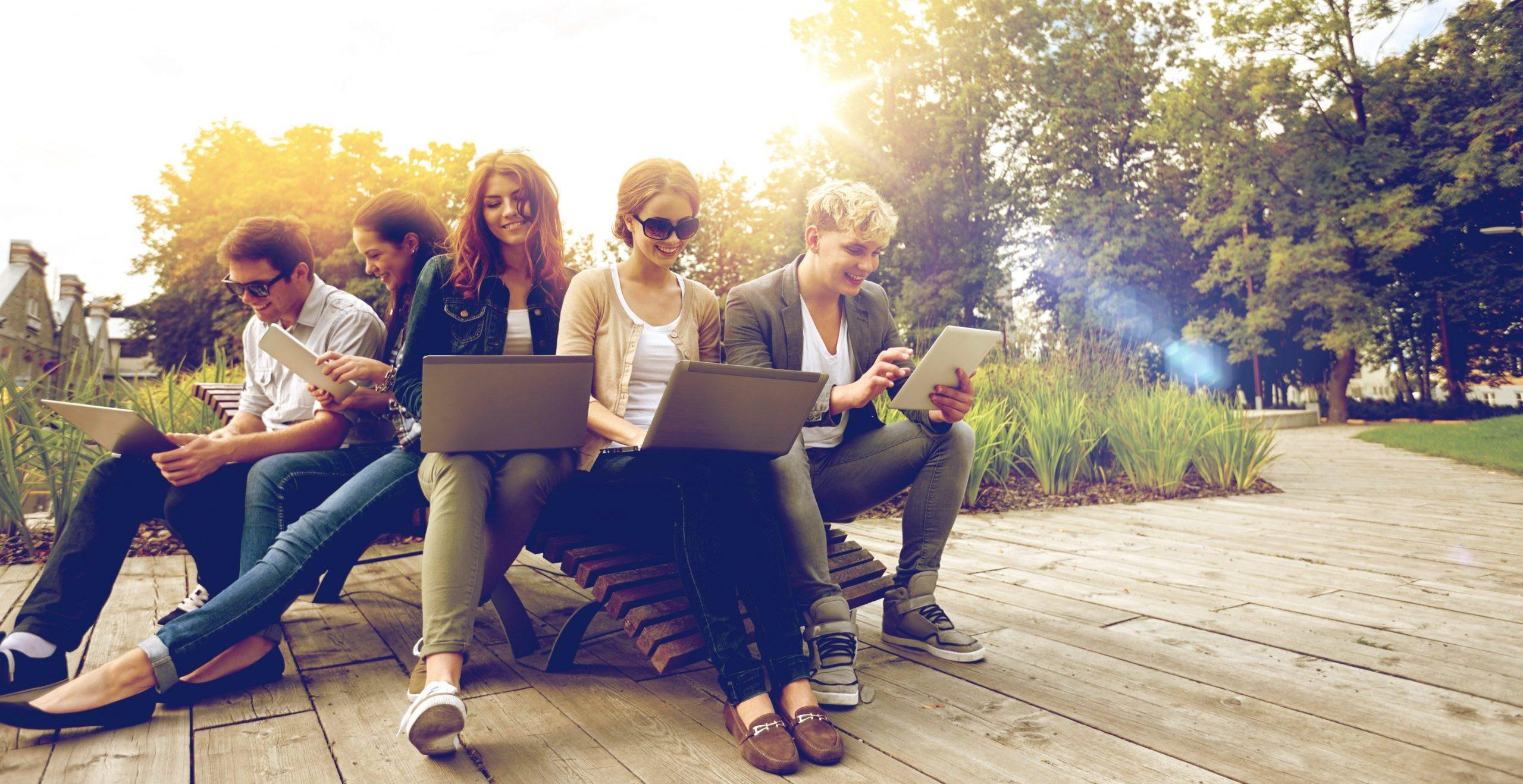 Studierende mit Laptops